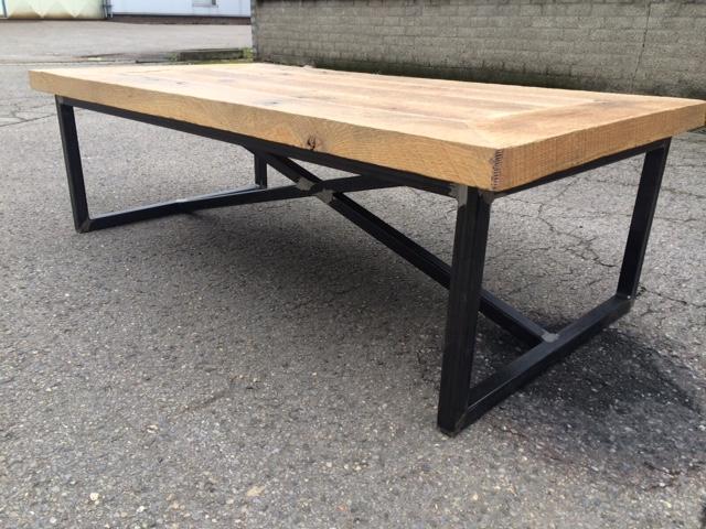 Eiken salontafel met stalen frame. prachtige salontafel tafel met