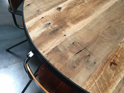Ronde Tafel Hout : Ronde tafel zag snijden hout in timmerman werkplaats u stockvideo